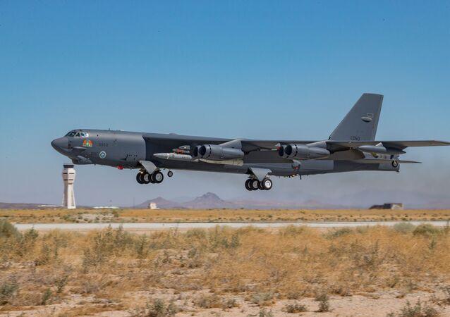 Um B-52H Stratofortress do 419º Esquadrão de Testes de Voo decola da Base Aérea de Edwards, Califórnia