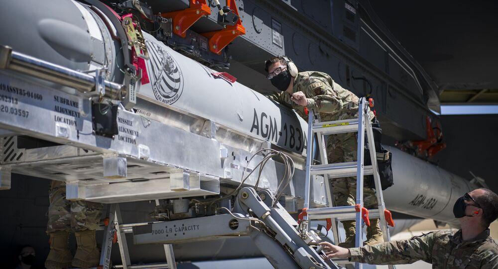 Sargento Jacob Puente, do 912º Esquadrão de Manutenção de Aeronaves, alinha a fixação do AGM-183 na asa de um B-52H na Base Aérea de Edwards