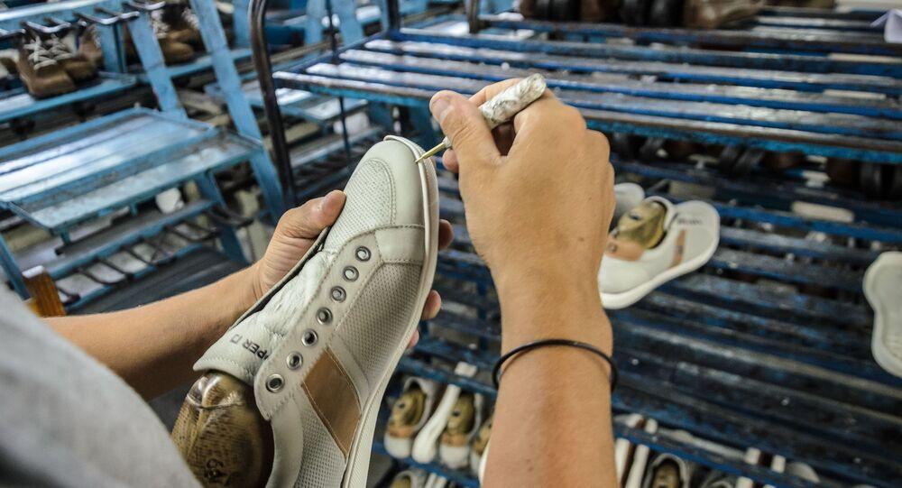 Linha de produção de fábrica de calçados em Franca (SP)