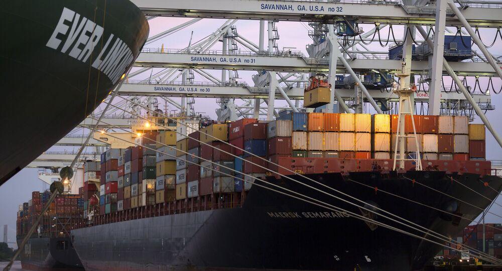 Embarcação recebe contêineres em porto dos EUA em direção à China