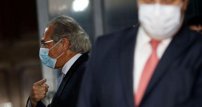 Ministro da Economia, Paulo Guedes, aponta para o presidente da Câmara, Rodrigo Maia, após coletiva de imprensa conjunta, em Brasília, 11 de agosto de 2020