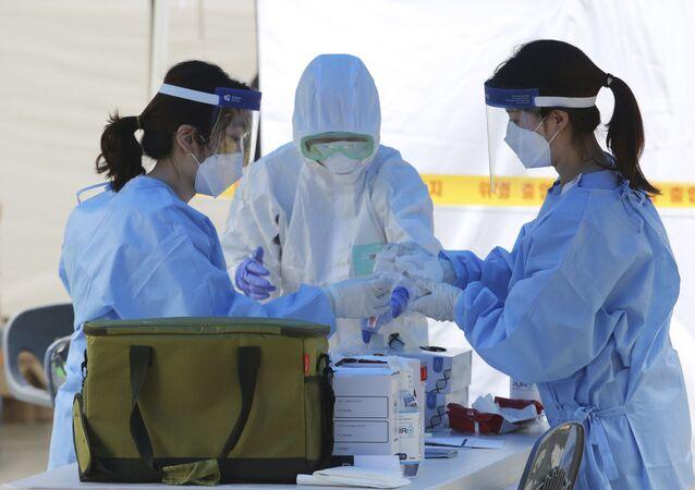 Agentes de saúde realizam testes para o novo coronavírus em Seul, Coreia do Sul, 10 de agosto de 2020
