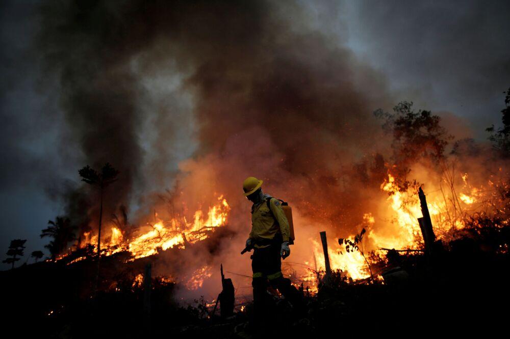 Membros da brigada contra incêndios do IBAMA tentam controlar chamas que consomem a floresta amazônica em Apuí, no Amazonas