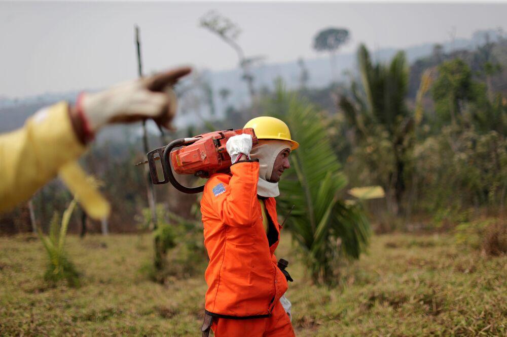 Membro da brigada contra incêndios do IBAMA participa de esforços para conter proliferação de incêndio na floresta amazônica