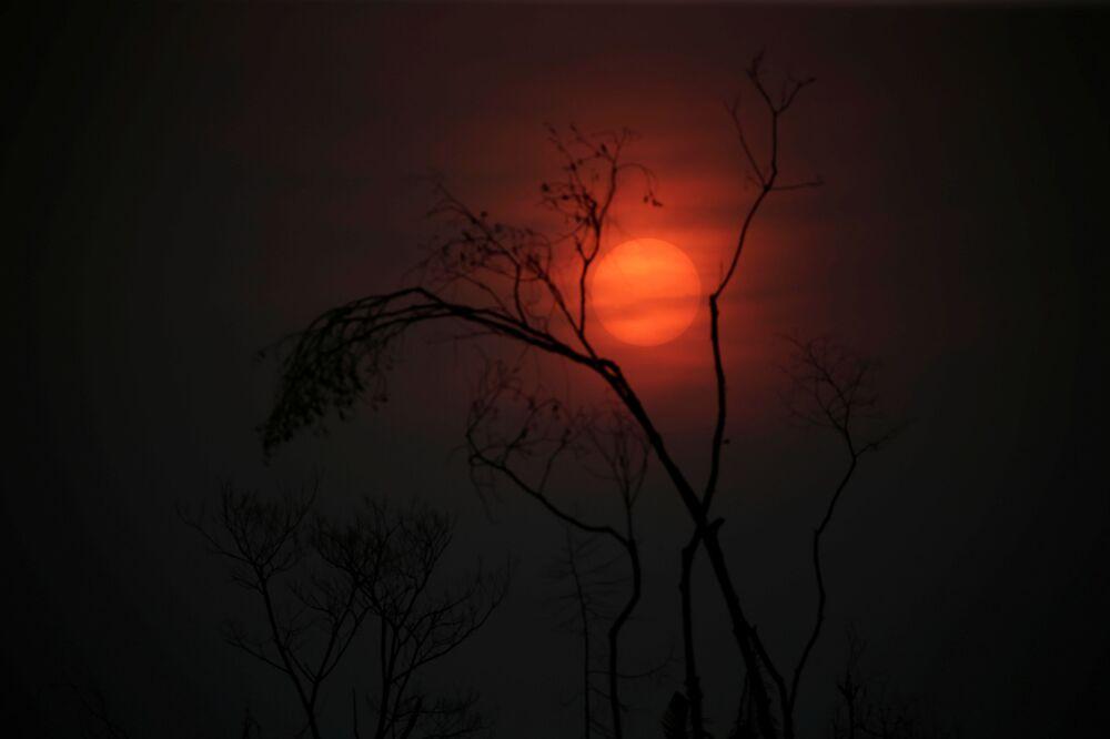 Pôr do sol em Apuí, no estado do Amazonas, após destruição provocada por incêndio