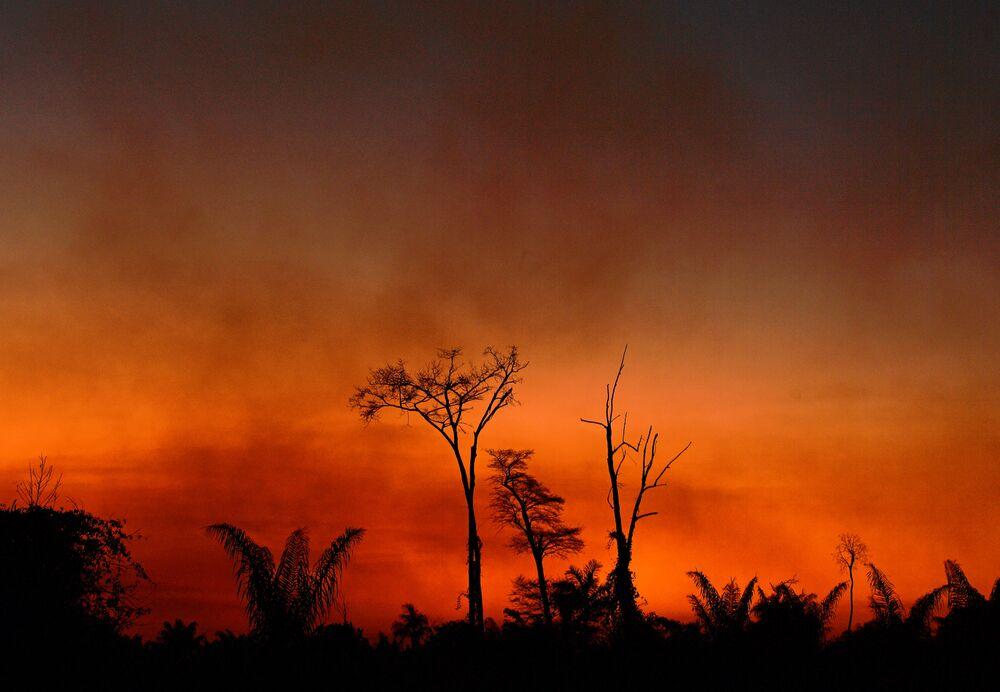 Fumaça provocada por incêndio florestal no Parque do Xingu, no Mato Grosso, em 6 de agosto