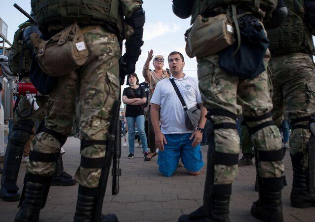 Forças de segurança fazem cordão contra os manifestantes em Minsk, na Bielorrússia.