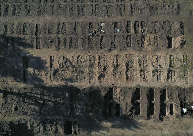 Covas abertas para as vítimas da COVID-19 no cemitério de Chacarita, em Buenos Aires, na Argentina.