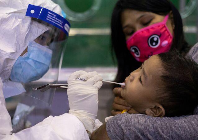 Criança é submetida a teste para o novo coronavírus, na capital das Filipinas, Manila, 7 de agosto de 2020