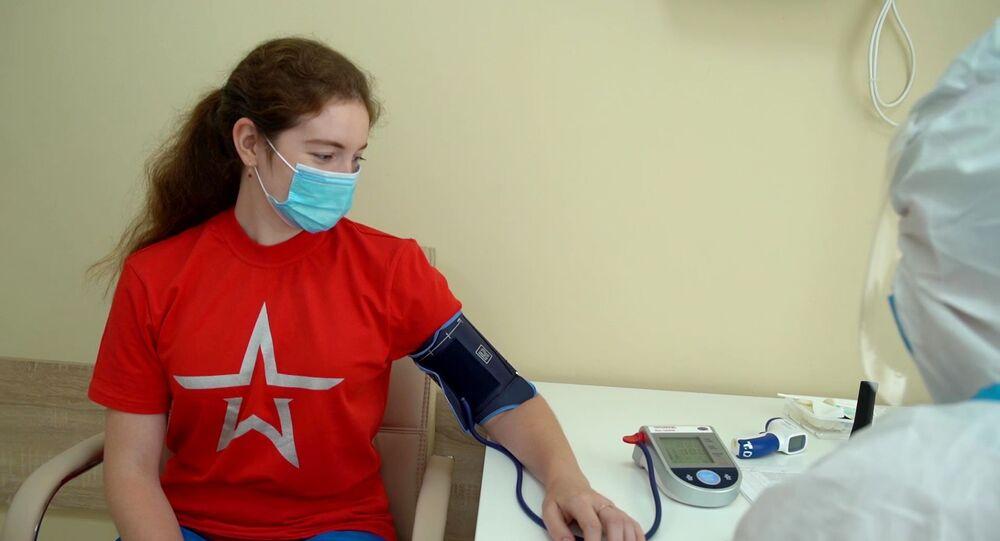Voluntária tem pressão monitorada no hospital Burdenko, após receber doses da vacina Sputnik V contra COVID-19, em Moscou, 20 de julho de 2020
