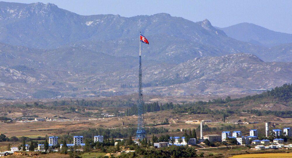Bandeira da Coreia do Norte em mastro na fronteira com a Coreia do Sul (foto de arquivo)