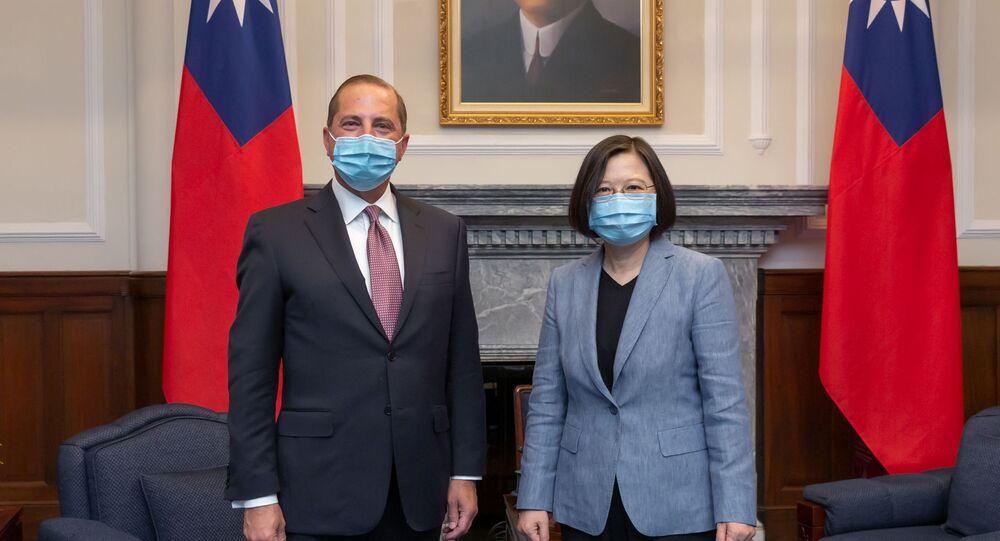 Secretário de Saúde dos EUA, Alex Azar, posa ao lado da presidente de Taiwan, Tsai Ing-wen, em Taipei