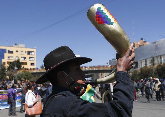 Manifestante participa de protesto na Bolívia contra adiamento das eleições no país