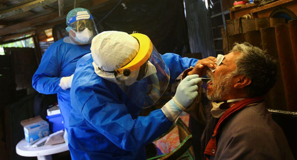 Funcionário de saúde colhe amostra de saliva para teste de coronavírus em Xochimilco, nos arredores da Cidade do México
