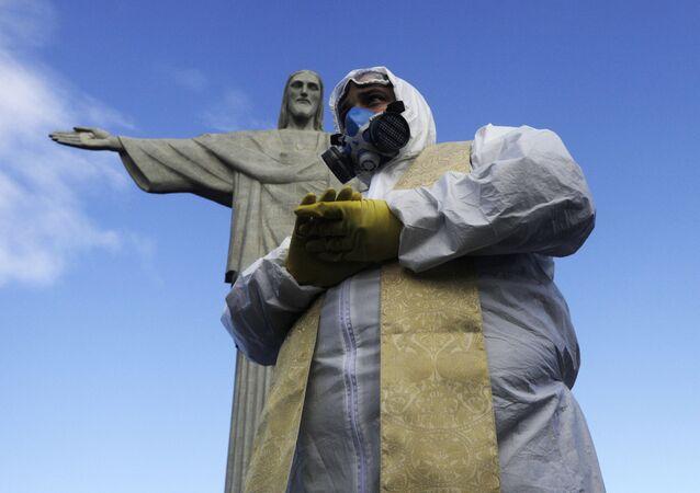 Padre é fotografado no Cristo Redentor, durante desinfecção do monumento por militares, no Rio de Janeiro, 13 de agosto de 2020