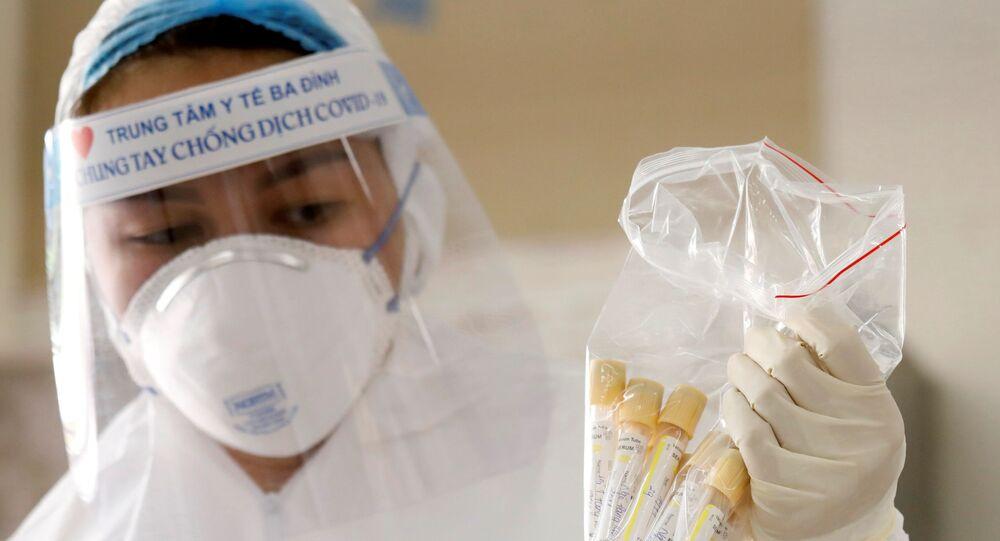 Agente de saúde coleta amostras para teste para a COVID-19, na capital do Vietnã, Hanói, 8 de agosto de 2020