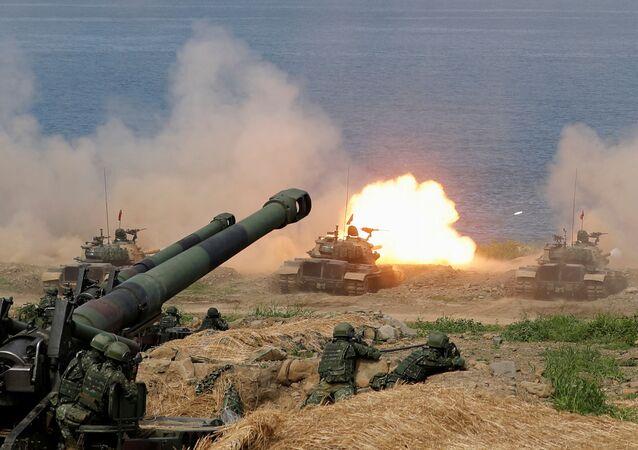 Tanque CM-11 Brave Tiger dispara durante o exercício militar Han Kuang, que simula invasão do Exército de Libertação Popular (ELP) da China à ilha, em Pingtung, Taiwan, 30 de maio de 2019