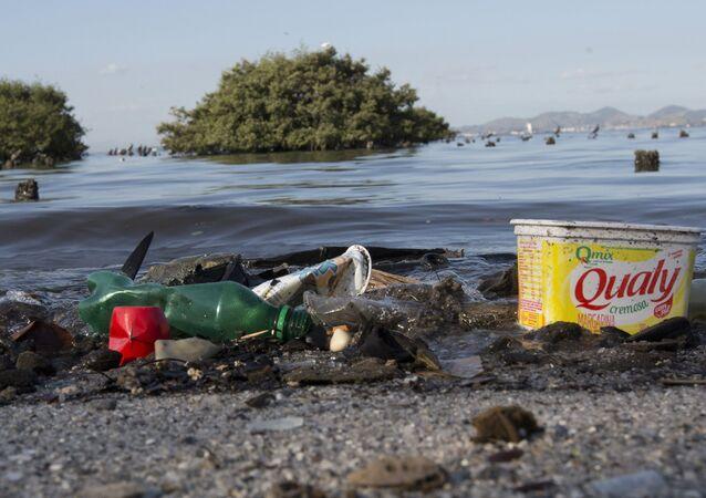Lixo plástico é visto na baía de Guanabara, no Rio de Janeiro