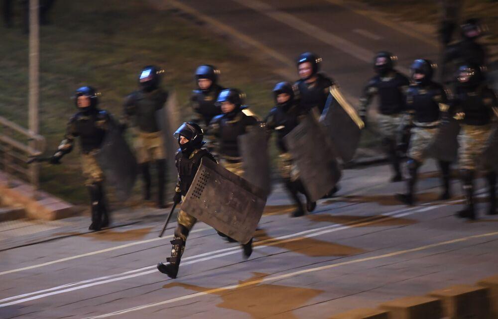 Polícia durante protestos em Minsk, Bielorrússia, que alastraram pelo país após eleições presidenciais