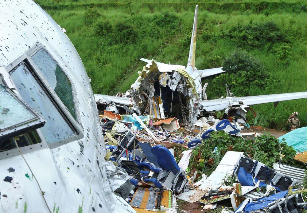 Avião Boeing 737, da companhia aérea Air India, destruído após ter ultrapassado a pista de aterrissagem do Aeroporto Internacional de Calicute, em 8 de agosto
