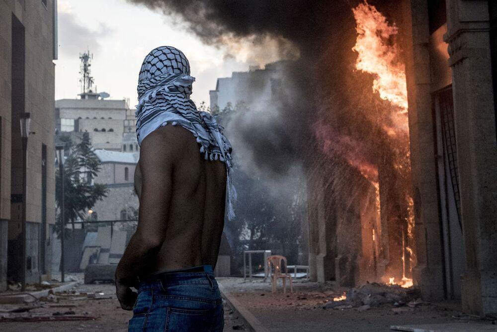 Manifestante durante protestos antigovernamentais em Beirute após grandes explosões que destruíram a maior parte da capital do Líbano