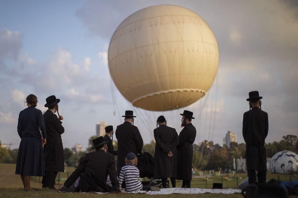 Judeus ultraortodoxos em um parque de Tel Aviv, Israel, durante a pandemia do novo coronavírus