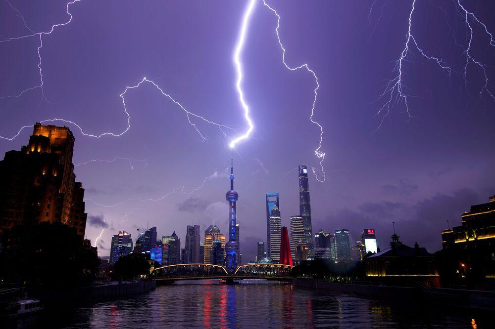 Relâmpagos no céu sobre o bairro financeiro de Pudong, em Xangai, China