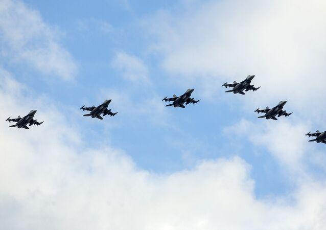 Aviões de caça F-16 dos EUA sobrevoam Ljubljana, Eslovênia, 1º de junho de 2020