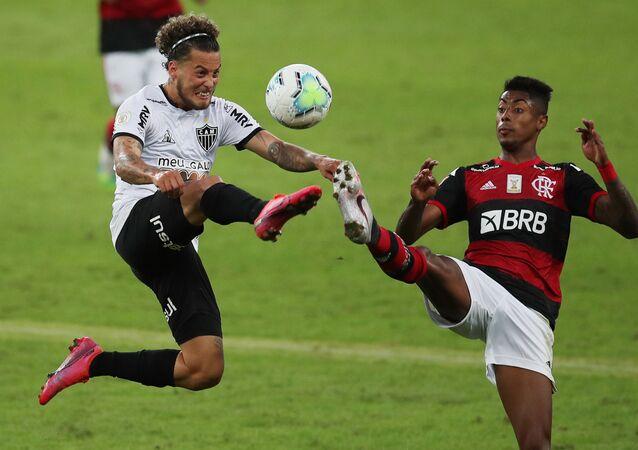 Bruno Henrique e Guga durante a partida Flamengo vs. Atlético Mineiro, no Maracanã, no decorrer do Brasileirão, 9 de agosto de 2020