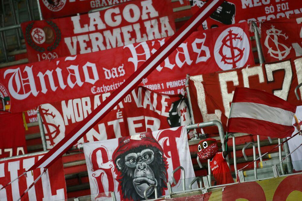 Símbolo do Internacional em bancadas vazias, devido à pandemia do coronavírus, durante o campeonato brasileiro no estádio Beira-Rio em Porto Alegre, 13 de agosto de 2020