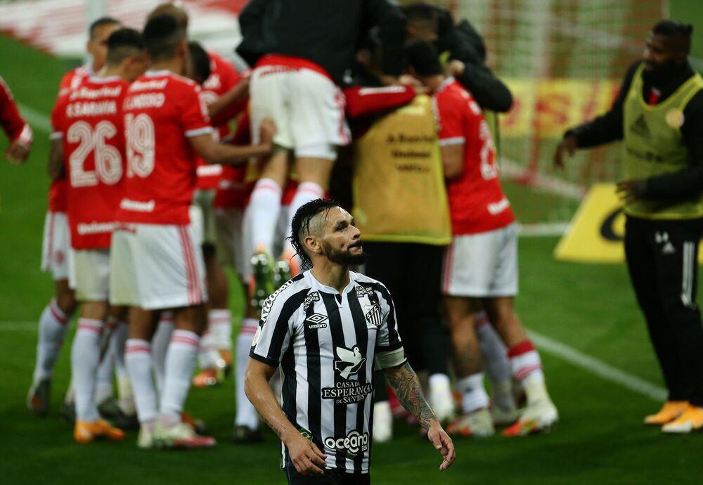 Para após gol de Edenilson durante partida Internacional vs. Santos no estádio Beira-Rio em Porto Alegre, 13 de agosto
