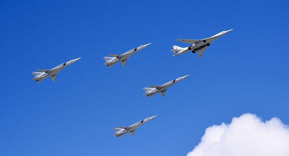 Bombardeiro estratégico Tu-160 e transportadores estratégicos de mísseis de longo alcance Tu-22M3 durante a parte aérea do desfile militar comemorativo do 75º aniversário da vitória na Grande Guerra pela Pátria (parte da Segunda Guerra Mundial, compreendida entre 22 de junho de 1941 e 9 de maio de 1945 e limitada às hostilidades entre a União Soviética e a Alemanha nazista e seus aliados) em Moscou, Rússia