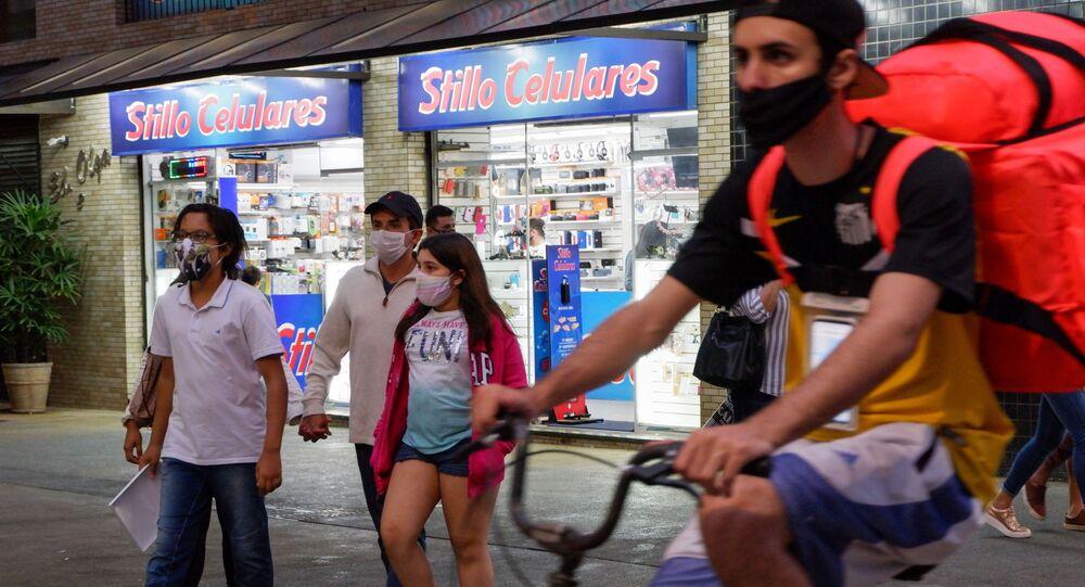 Em Santos, litoral do estado de São Paulo, pessoas transitam de máscara em meio à pandemia da COVID-19 no Brasil, em 16 de agosto de 2020