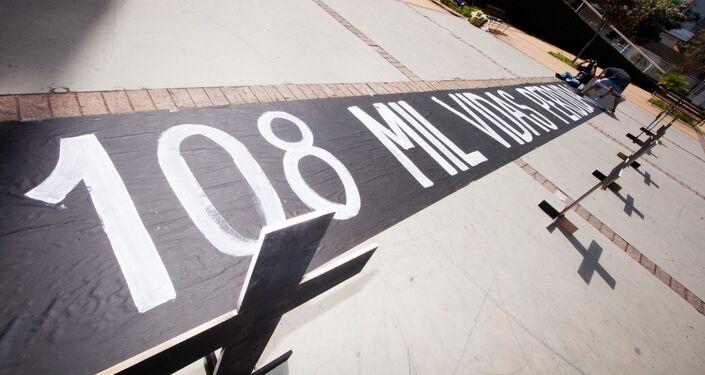 Em Belo Horizonte, capital de Minas Gerais, um protesto lembra os 108 mil mortos por COVID-19 no Brasil, em 16 de agosto de 2020.