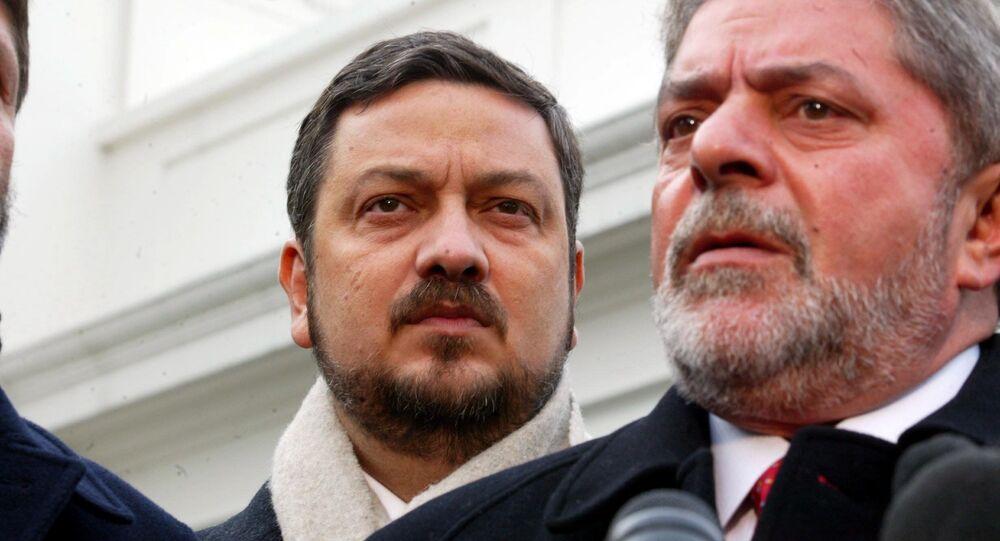 Em Washington, o então presidente eleito do Brasil, Luiz Inácio Lula da Silva (à direita), concede entrevista coletiva em frente à Casa Branca ao lado de seu coordenador de transição presidencial e futuro ministro da Fazenda, Antonio Palocci (à esquerda), em 10 de dezembro de 2002.