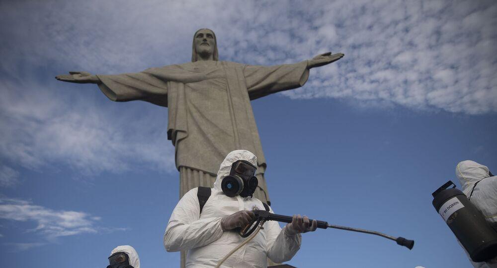 Soldados higienizam Cristo Redentor, no Rio de Janeiro, que reabriu para visitação após ficar fechado devido à pandemia do novo coronavírus