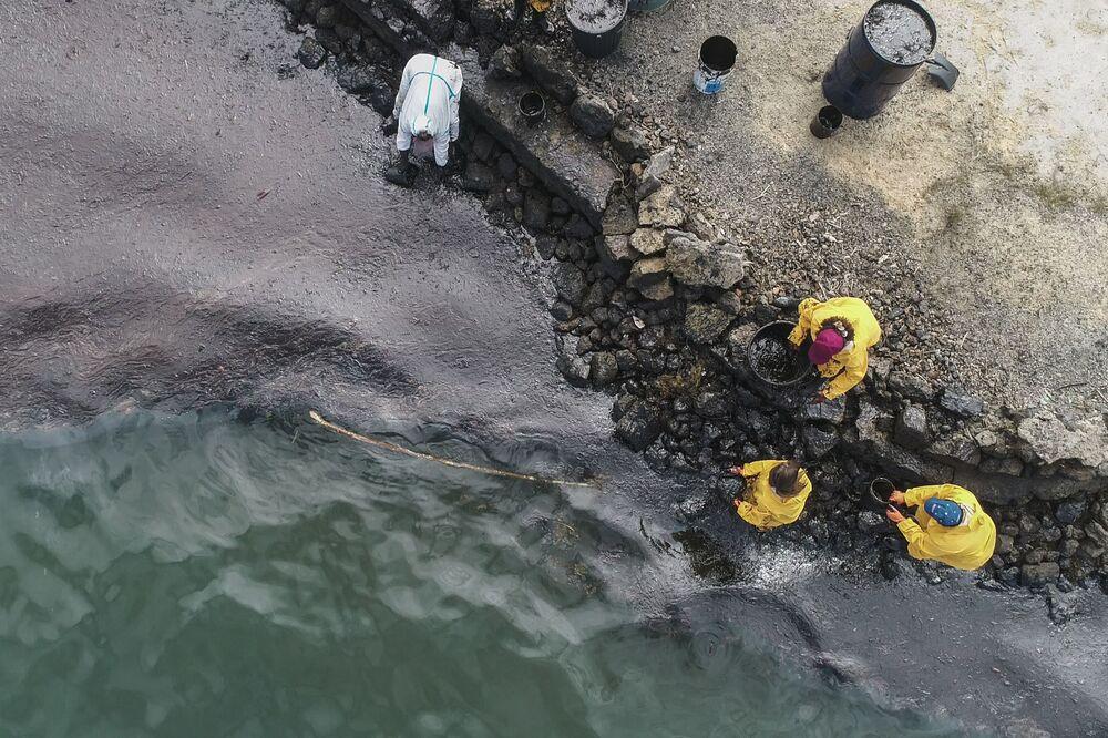 Trabalhadores durante processo de limpeza após vazamento de petróleo na costa das Ilhas Maurício
