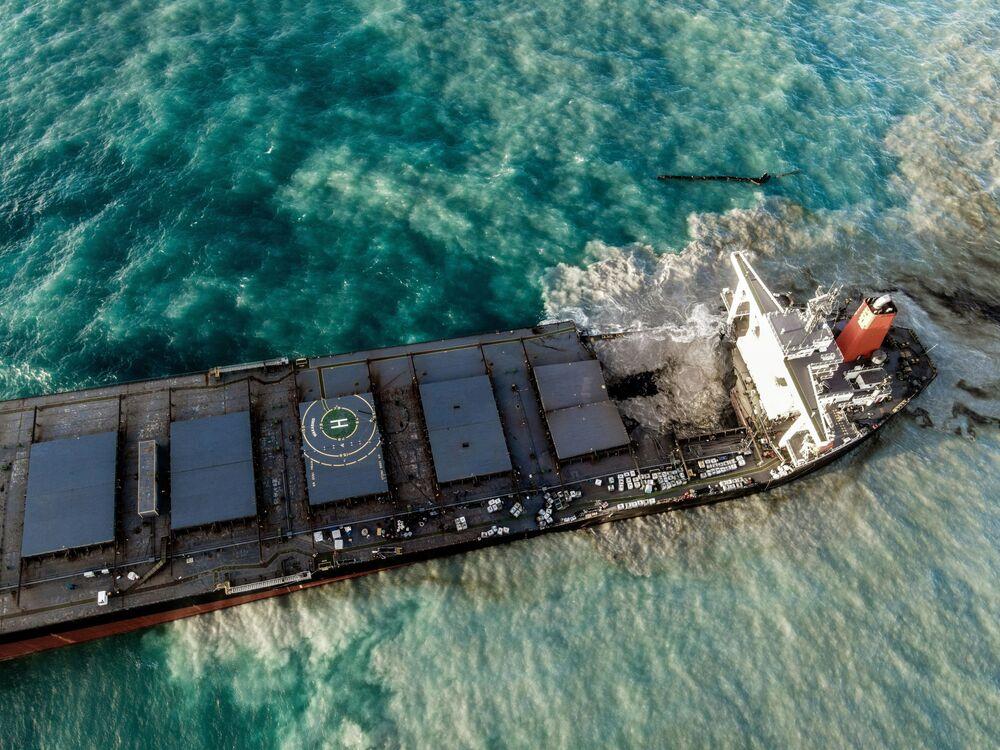 Vista aérea mostra petroleiro MV Wakashio