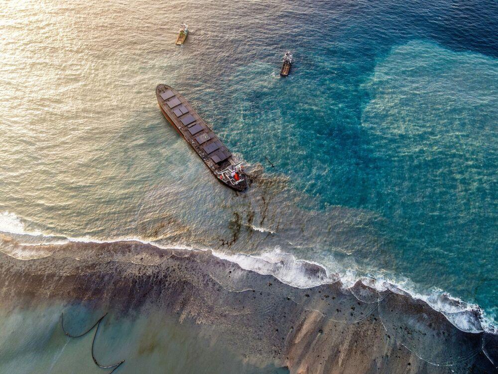 Vista aérea do petroleiro MV Wakashio encalhado e partido em dois após vazamento de petróleo nas Ilhas Maurício