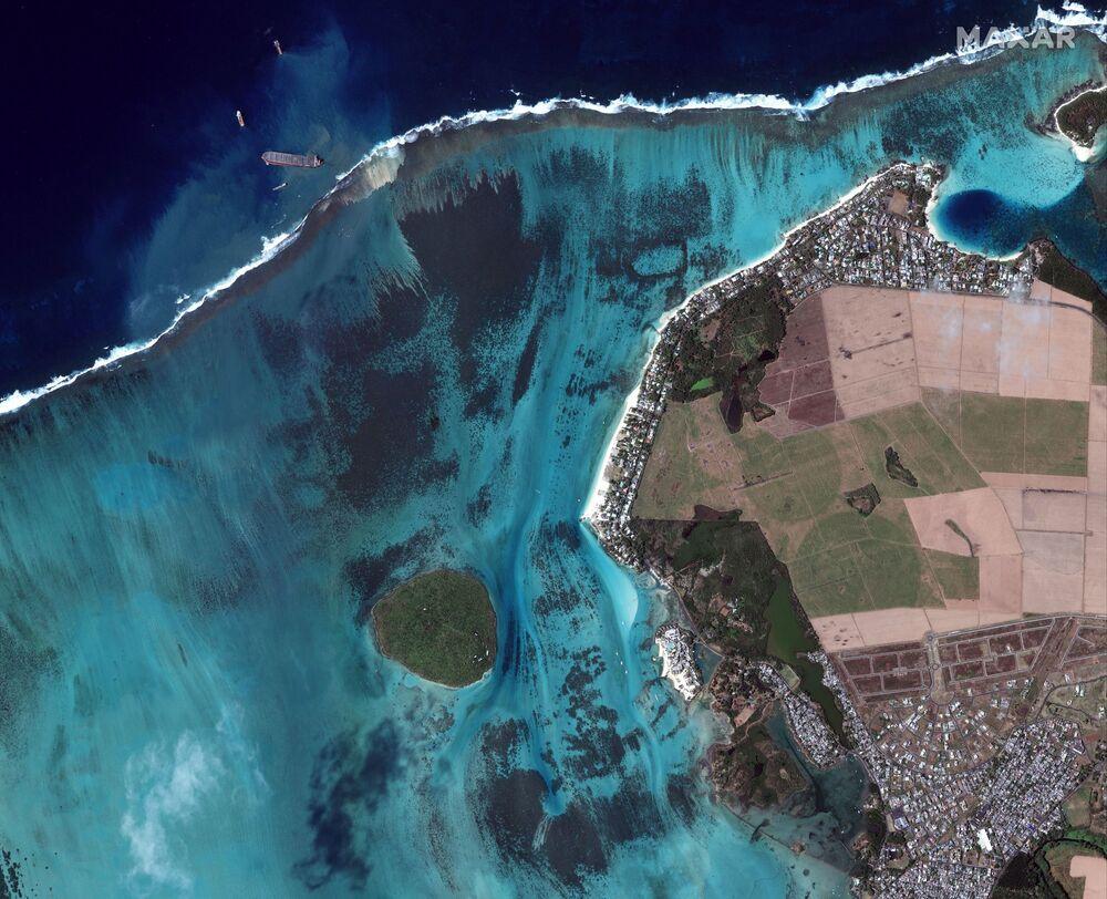 Vista aérea do petroleiro MV Wakashio encalhado e partido em dois após derramamento de petróleo nas Ilhas Maurício