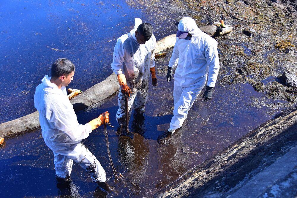 Voluntários retiram o petróleo derramado nas Ilhas Maurício