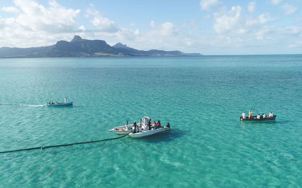 Voluntários lançam barreiras para bloquear petróleo derramado por petroleiro japonês MV Wakashio nas Ilhas Maurício