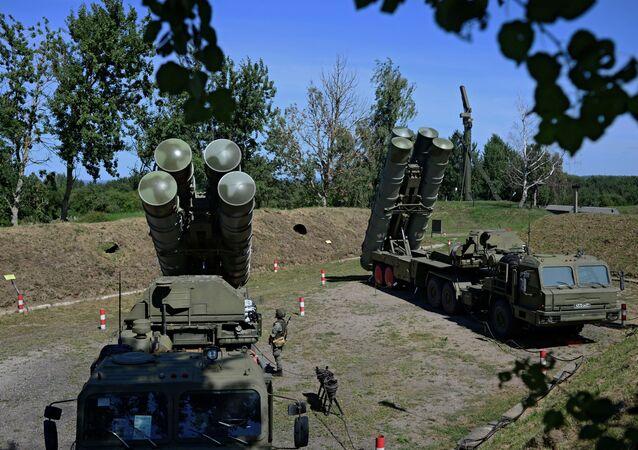 Sistemas russos de defesa antiaérea S-400 durante exercício de treinamento em uma base militar na região de Kaliningrado, Rússia, 11 de agosto de 2020