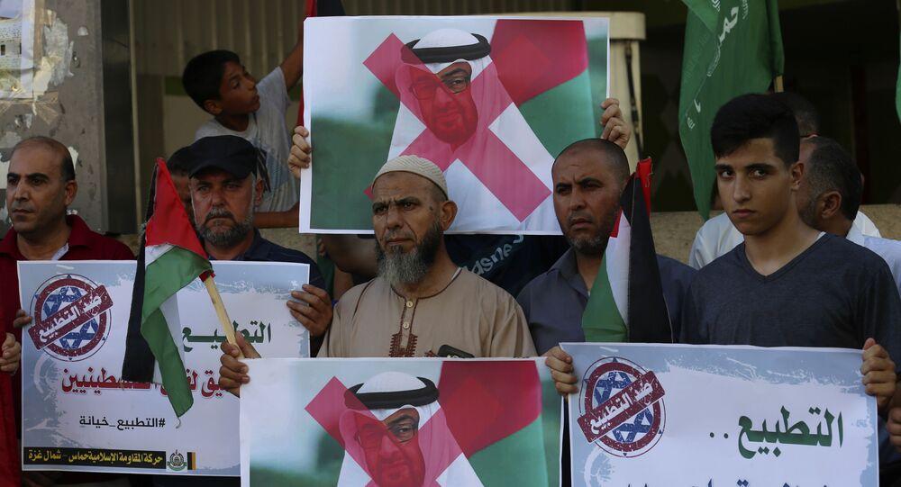 Apoiadores do Hamas protestam na faixa de Gaza contra o príncipe Mohamed bin Zayed al-Nahyan, dos Emirados Árabes