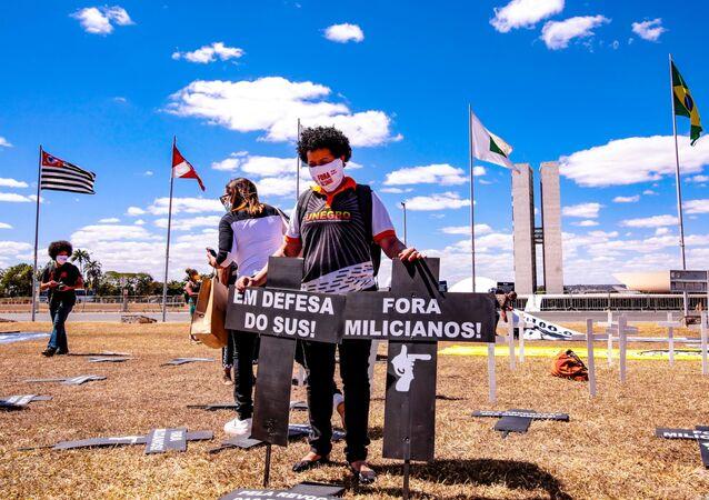 Em Brasília, manifestantes do movimento negro pedem o impeachment do presidente Jair Bolsonaro, em frente ao Congresso Nacional, em 12 de agosto de 2020.