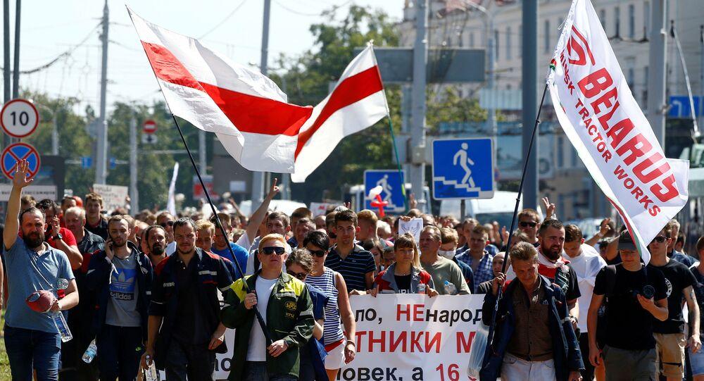 Manifestantes realizam protesto contra o resultado de eleições presidenciais, na capital da Bielorrússia, Minsk, 17 de agosto de 2020