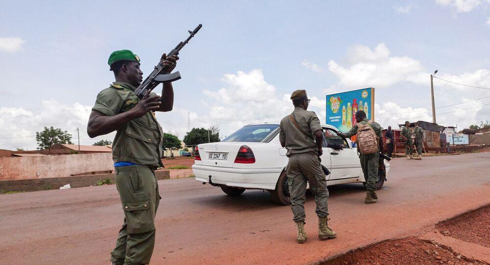 Em Kati, um soldado do Mali checa um veículo durante um motim militar contra oficiais do Exército e do governo, em 18 de agosto de 2020.