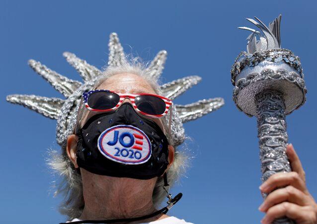Apoiador do candidato democrata Joe Biden à presidência dos EUA, em San Diego, na Califórnia, 18 de agosto de 2020
