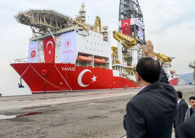 Ministro de Energia e Recursos Naturais da Turquia, Fatih Donmez acena para o navio de perfuração Yavuz