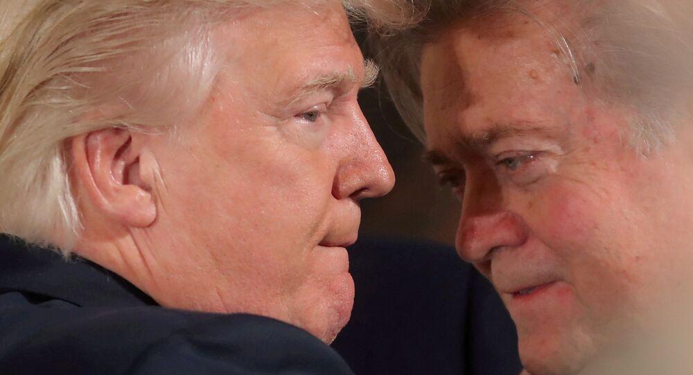 Presidente dos EUA, Donald Trump, conversa com Steve Bannon em janeiro de 2017.